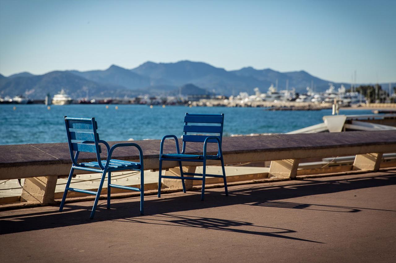 Deux chaises bleus face à face